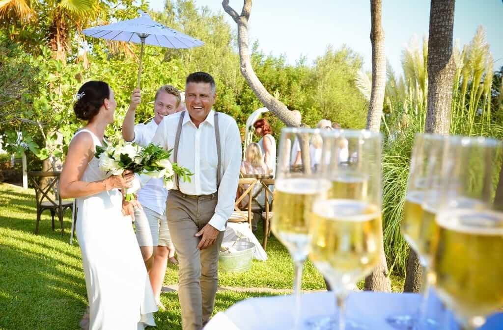 Sektempfang auf der Hochzeitfinca mit vielen Gästen
